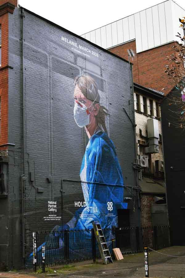 murales infermiera con mascherina Covid 19 e camice